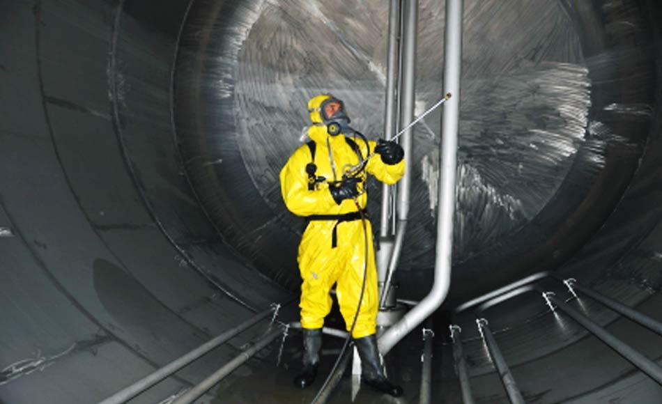 Operaio al Lavora negli Spazi Inquinati